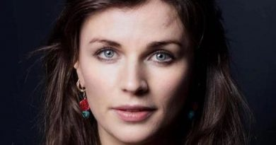 aisling bea 1 390x205 - Aisling Bea Biography - life Story, Career, Awards, Age, Height