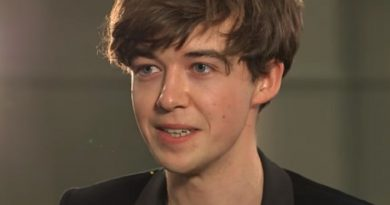 alex lawther 7 390x205 - Alex Lawther Biography - life Story, Career, Awards, Age, Height