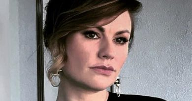 anna paquin 6 390x205 - Anna Paquin Biography - life Story, Career, Awards, Age, Height