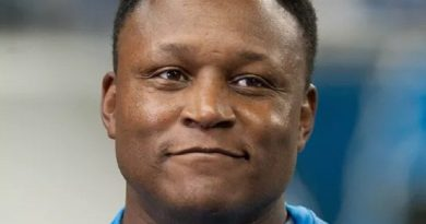 barry sanders 5 1 390x205 - Barry Sanders Biography - life Story, Career, Awards, Age, Height