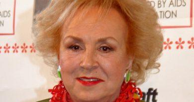 doris roberts 1 390x205 - Doris Roberts Biography - life Story, Career, Awards, Age, Height
