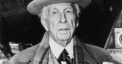 frank lloyd wright 2 390x205 - Frank Lloyd Wright Biography - life Story, Career, Awards, Age, Height