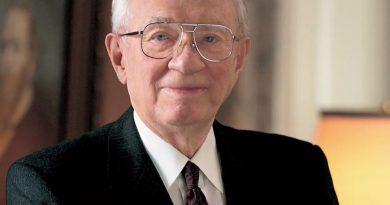 gordon b hinckley 2 390x205 - Gordon B. Hinckley Biography - life Story, Career, Awards, Age, Height