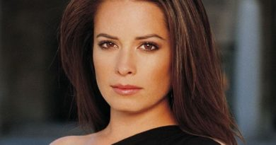 holly marie combs 2 390x205 - Holly Marie Combs Biography - life Story, Career, Awards, Age, Height