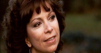 isabel allende 1 390x205 - Isabel Allende Biography - life Story, Career, Awards, Age, Height