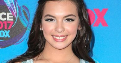 isabella gomez 1 1 390x205 - Isabella Gomez Biography - life Story, Career, Awards, Age, Height