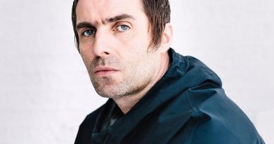 liam gallagher 7 1 390x205 - Liam Gallagher Biography - life Story, Career, Awards, Age, Height