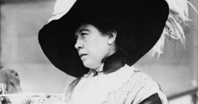 molly brown 3 390x205 - Molly Brown Biography - life Story, Career, Awards, Age, Height
