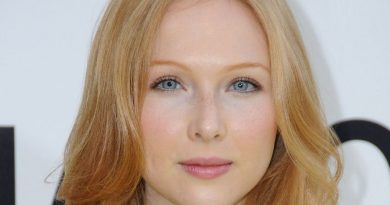 molly quinn 1 390x205 - Molly Quinn Biography - life Story, Career, Awards, Age, Height