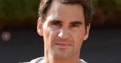 roger federer 1 1 390x205 - Roger Federer Biography - life Story, Career, Awards, Age, Height