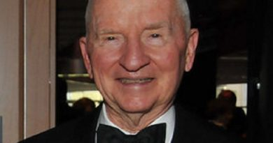 ross perot 3 1 390x205 - Ross Perot Biography - life Story, Career, Awards, Age, Height