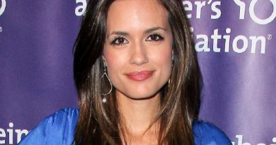 torrey devitto 4 390x205 - Torrey DeVitto Biography - life Story, Career, Awards, Age, Height