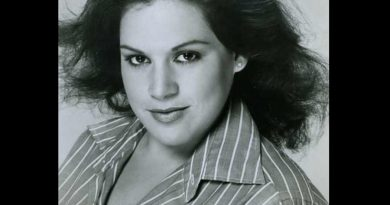 wendie jo sperber 1 390x205 - Wendie Jo Sperber Biography - life Story, Career, Awards, Age, Height
